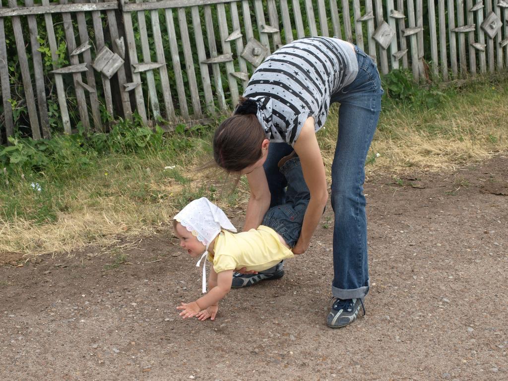 С мамой на прогулке скучно не бывает.... Вместе весело гулять!