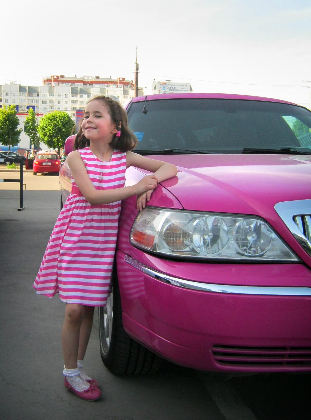 Мое платье очень подходит под розовый лимузин!!!. Маленькая модница