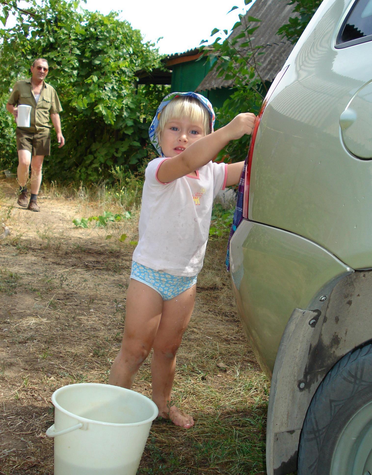 Любишь кататься,помогай машину мыть)))). Помогаем маме!