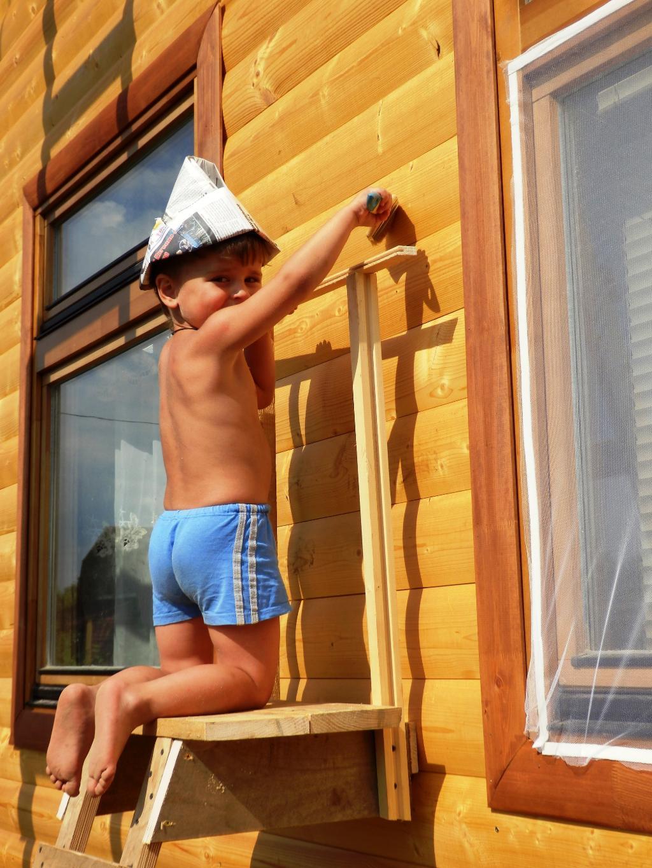 Кто еще поможет деду, дом покрасить до обеда!. Помогаем маме!