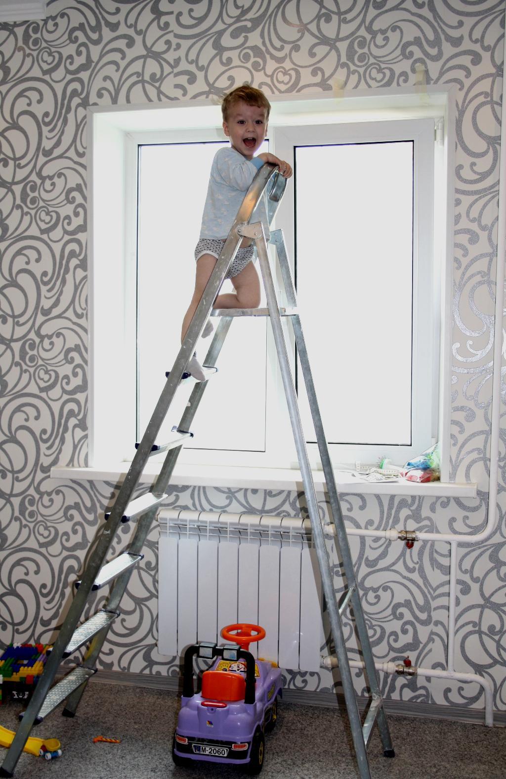 Мама-неси шторы-я готов их уже повесить!!!!. Помогаем маме!