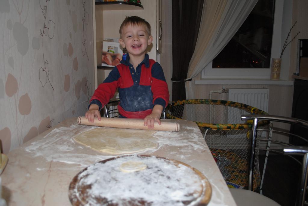 Лепим вареники! (Ярославу 3.2 года). Помогаем маме!