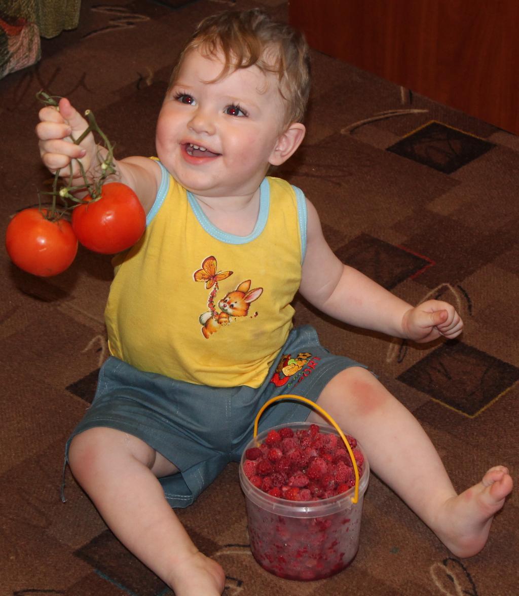 Матюша и красные ягодки. Дары лета