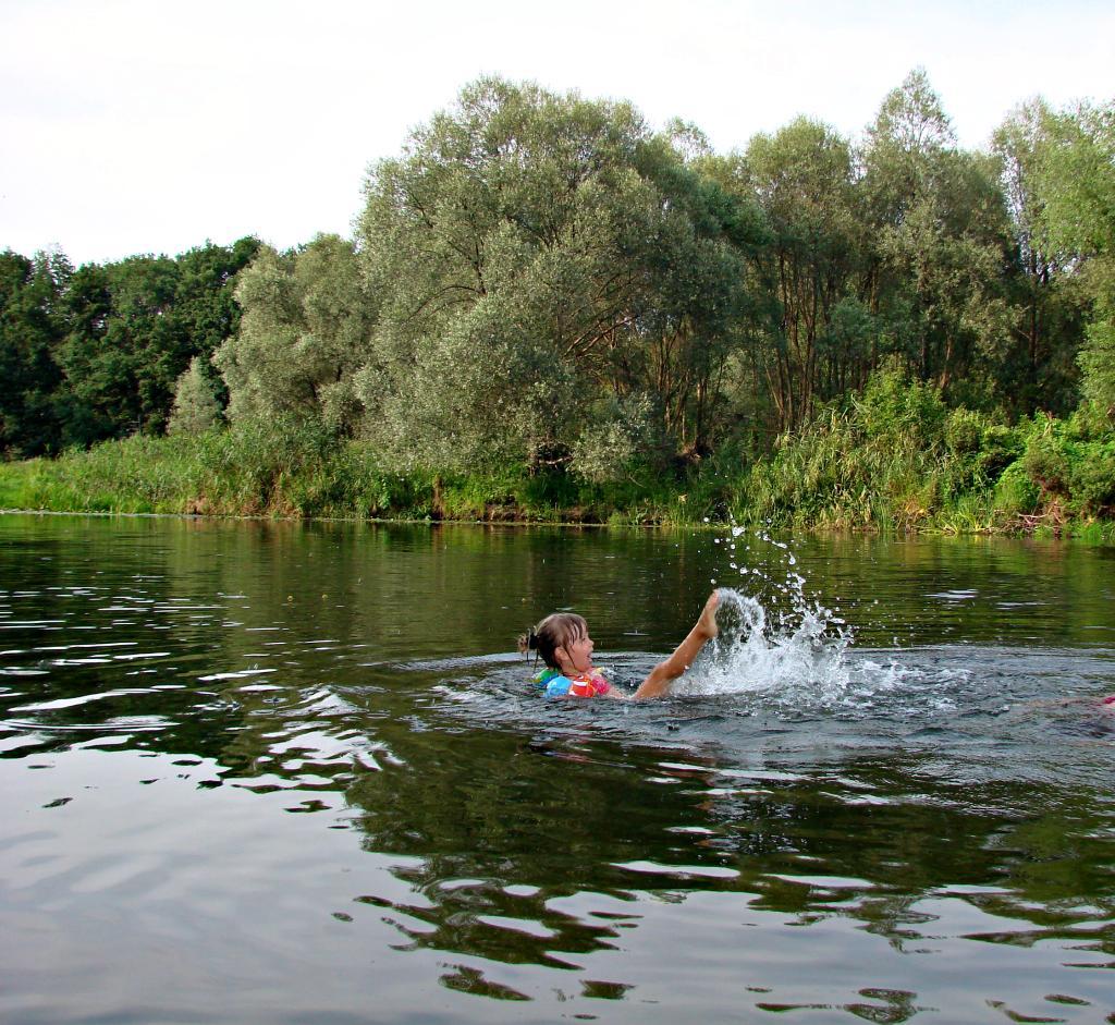 Юная синхронистка на реке Воронеж. По морям, по волнам...