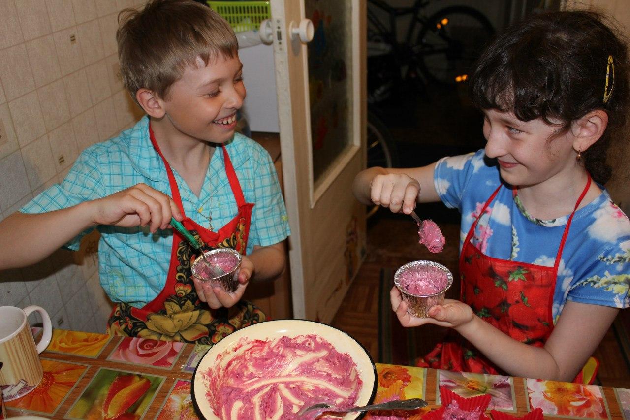 Весело готовить!. Помогаем маме!