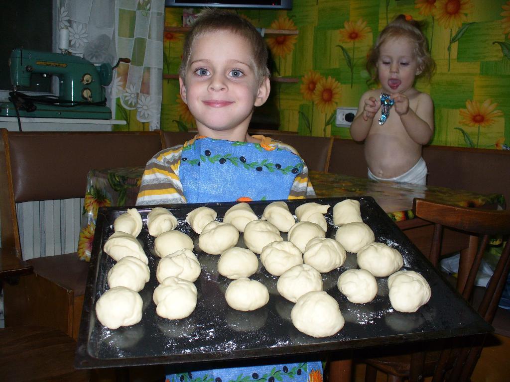Я пеку, пеку, пеку - деткам всем по пирожку!. Помогаем маме!