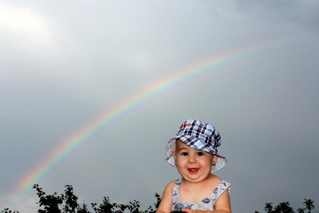 от улыбки в небе радуга проснется!. От улыбки хмурый день светлей!