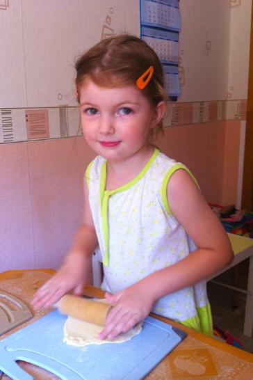 Катаем тесто, лепим пирожки. Помогаем маме!