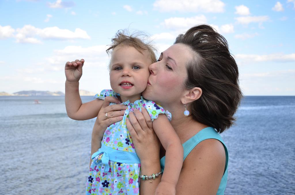 Любимая доченька и море: вот оно - счастье!!!. Счастливая мама