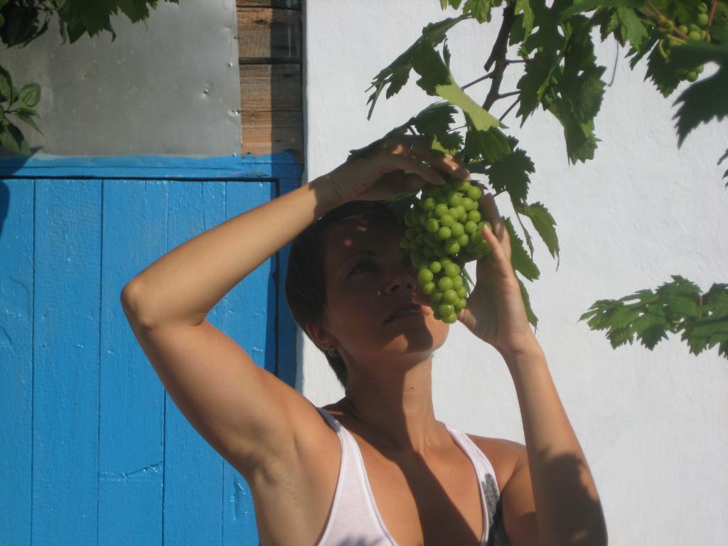 Девушка и виноград. Летний образ