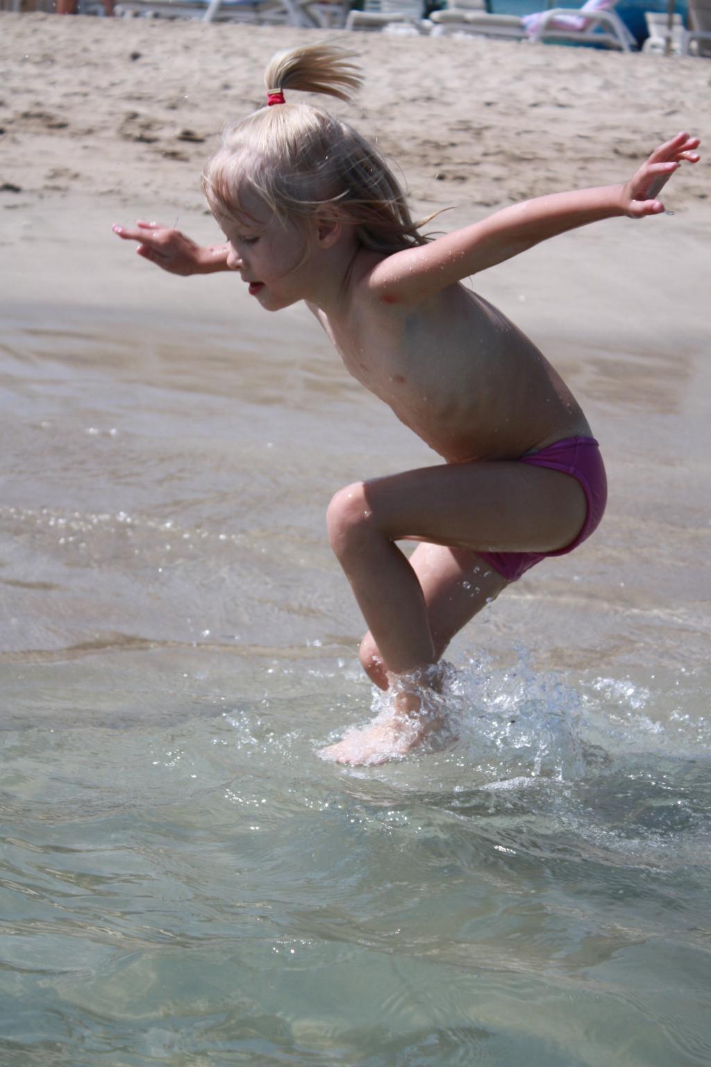 Как птица по волнам!. По морям, по волнам...