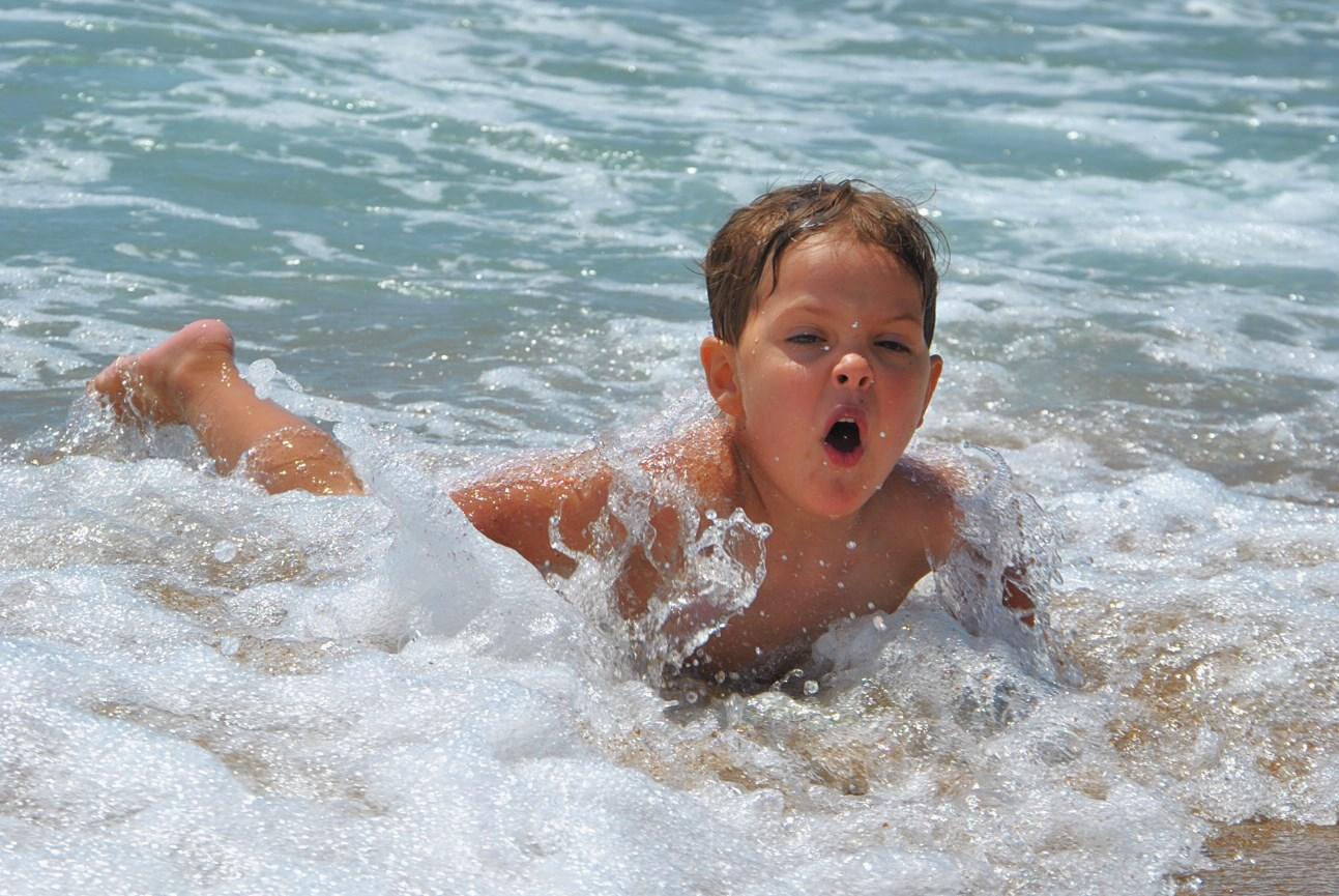 поймал волну... или она его. По морям, по волнам...