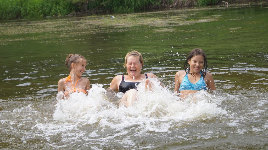 Веселое купание. По морям, по волнам...