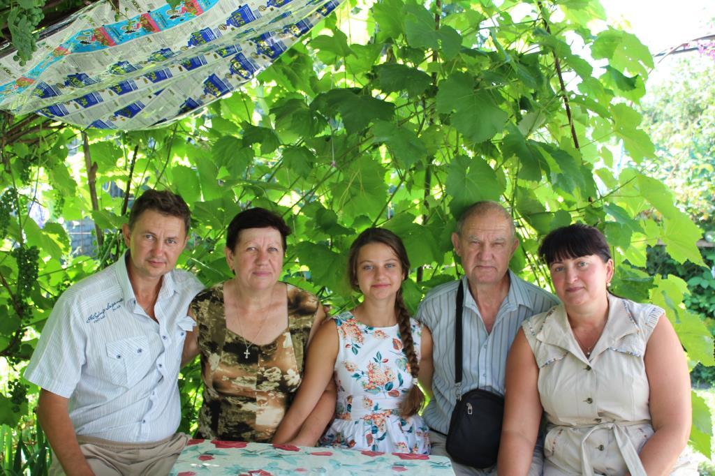 Я с родителями, женой и дочкой на даче. Родственники