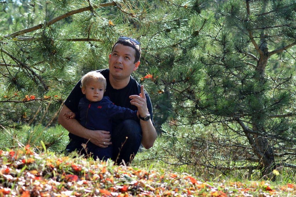 На прогулке в крымском лесу. Вместе с папой