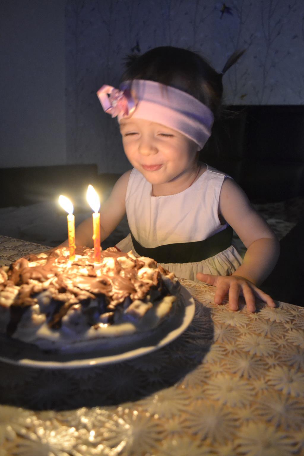 Задуваем свечки. Именинный пирог
