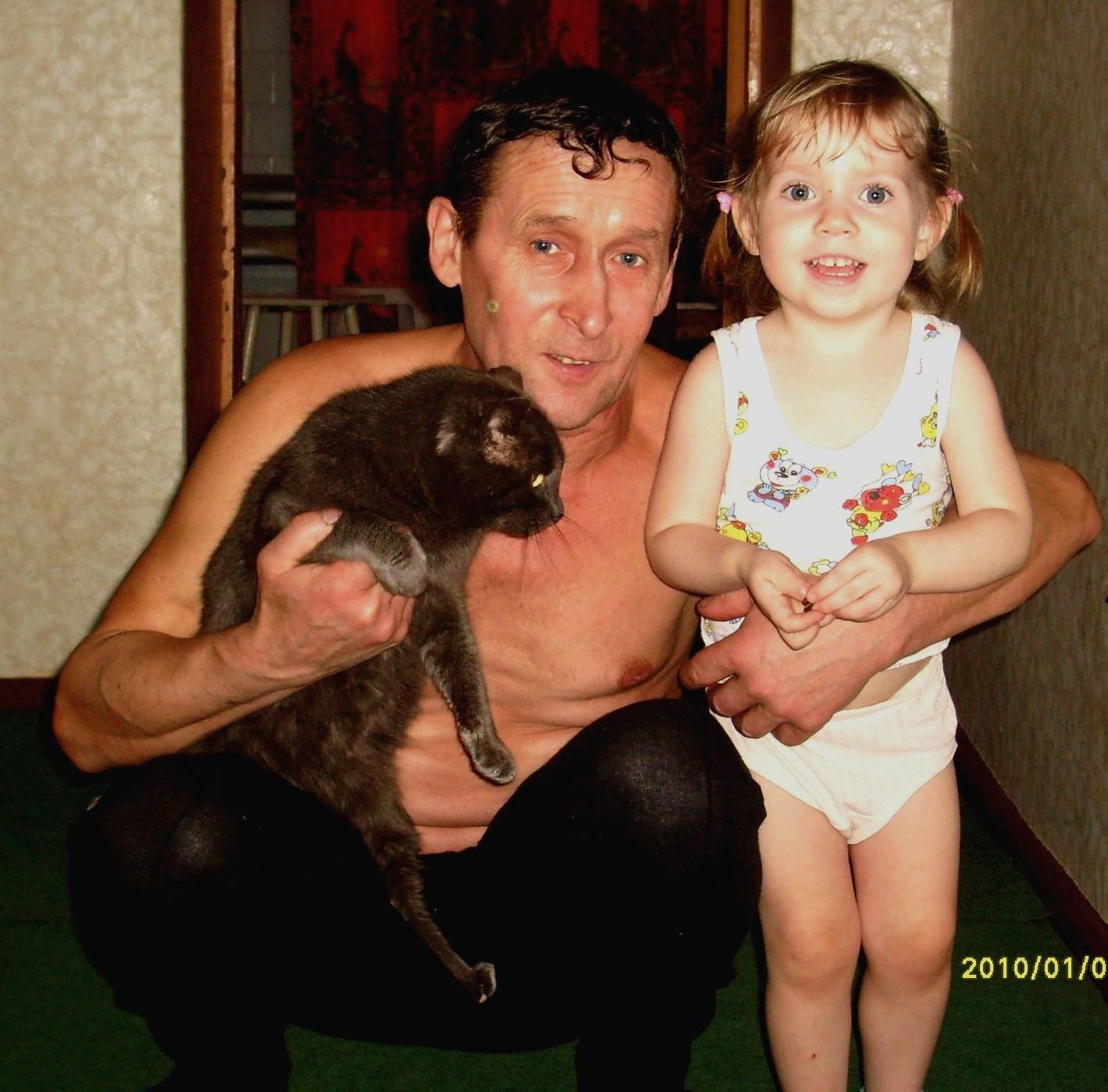 Дедушка знакомит внучку с котом . Здравствуй, друг!