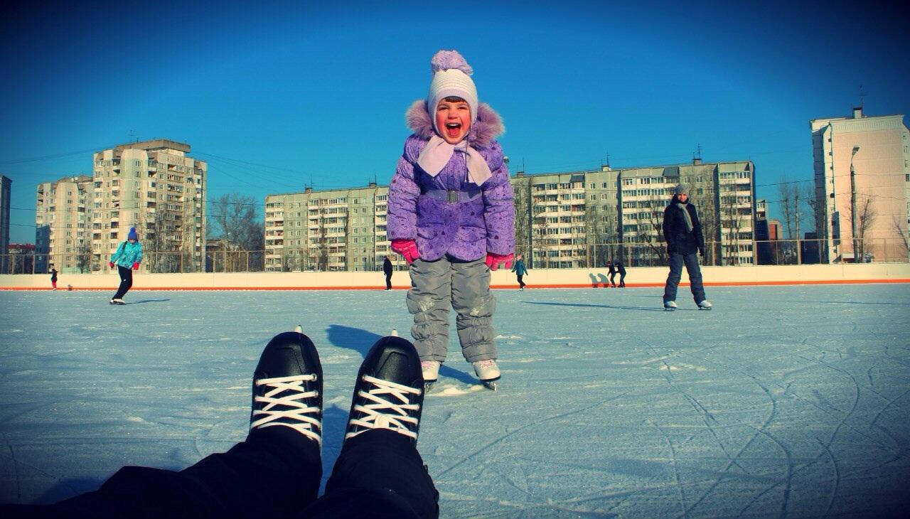 Первый раз катаюсь на коньках. Юные спортсмены