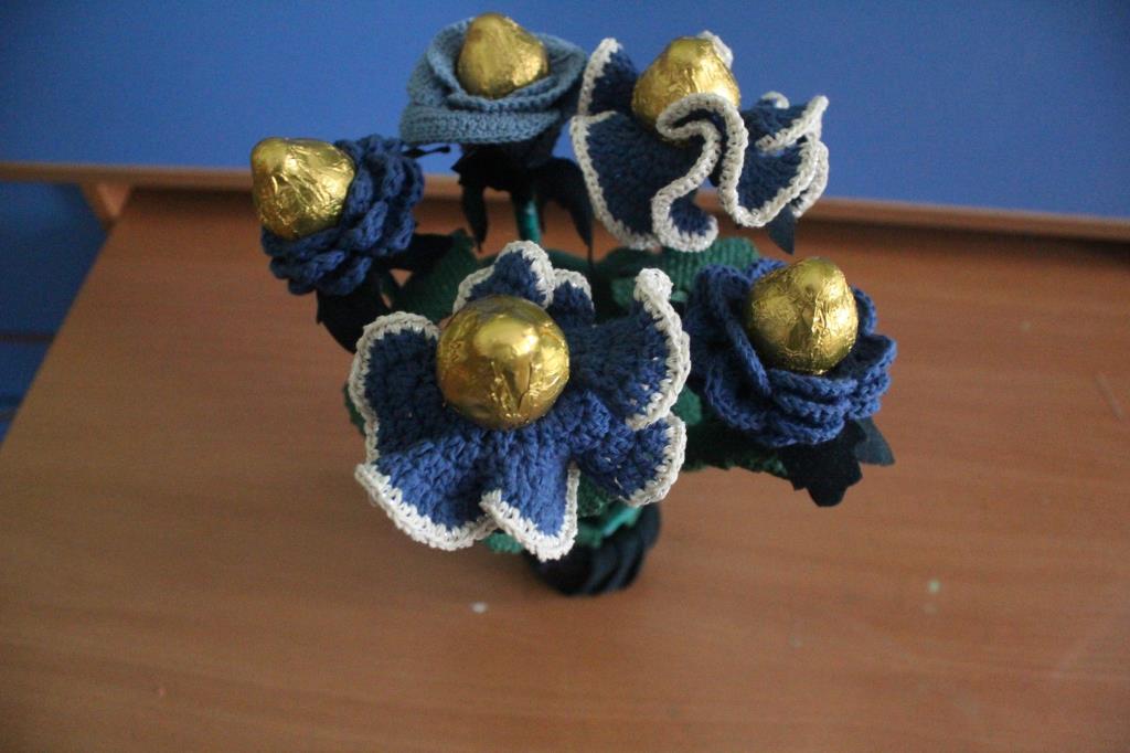 Букет с конфетами из вязаных цветов. Вязаные поделки