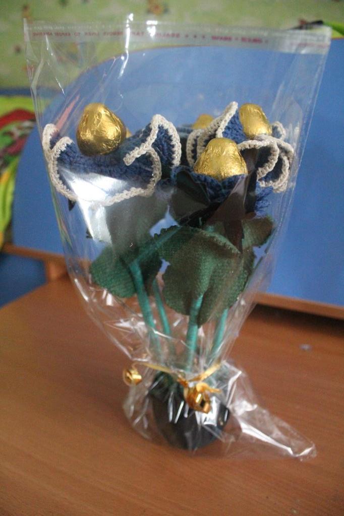 Букет с конфетами из вязаных цветов. в упаковке.. Вязаные поделки