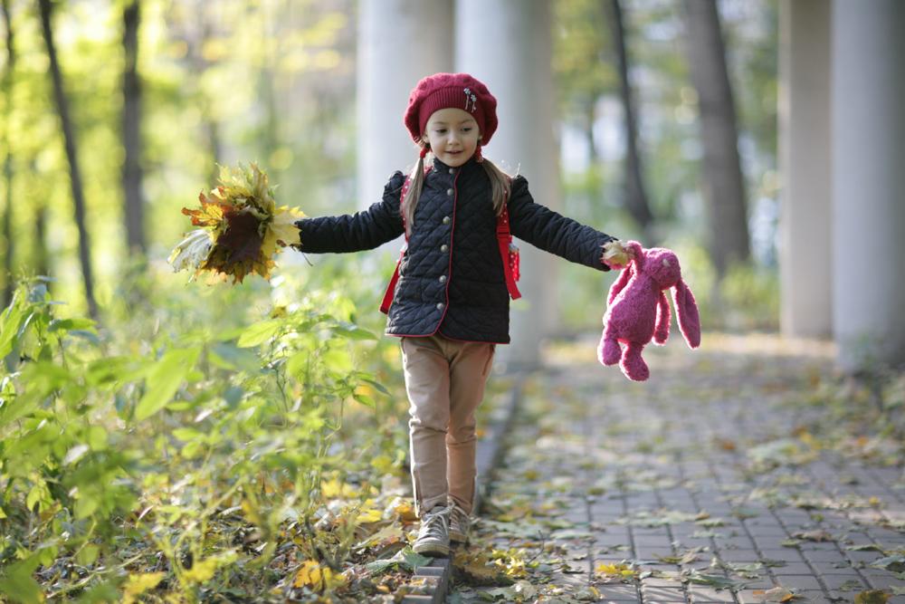 Ребенок гуляет на улице картинка