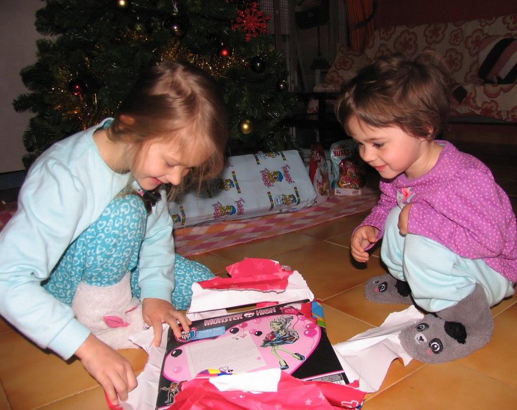 Рождество. Дети с игрушками