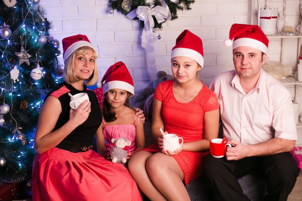 Семья в предвкушении. Новый год к нам мчится!