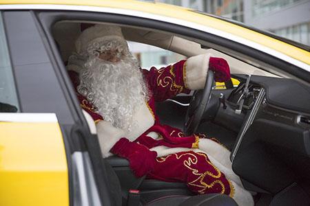 Деды Морозы за рулём Яндекс.Такси
