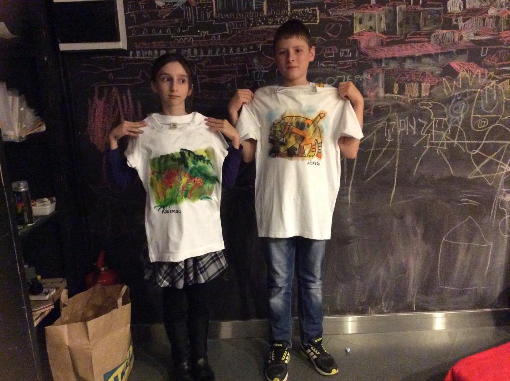 Внук и дочка на мастерклассе рисунок на ткани. Наше творчество