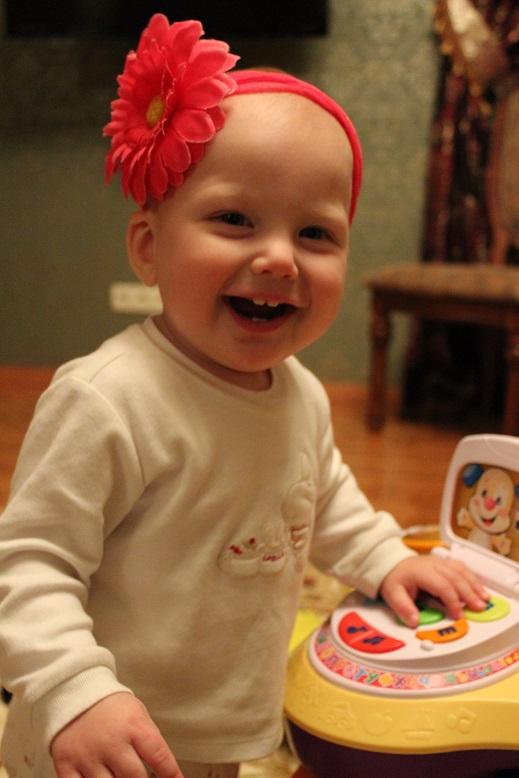 очаровательная улыбка дочки. Счастливое детство