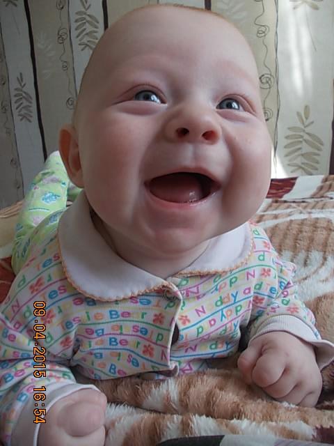 Радуется.что зубики еще не лезут)))). 'Дантинорм Бэби' – каждый зубик в радость!