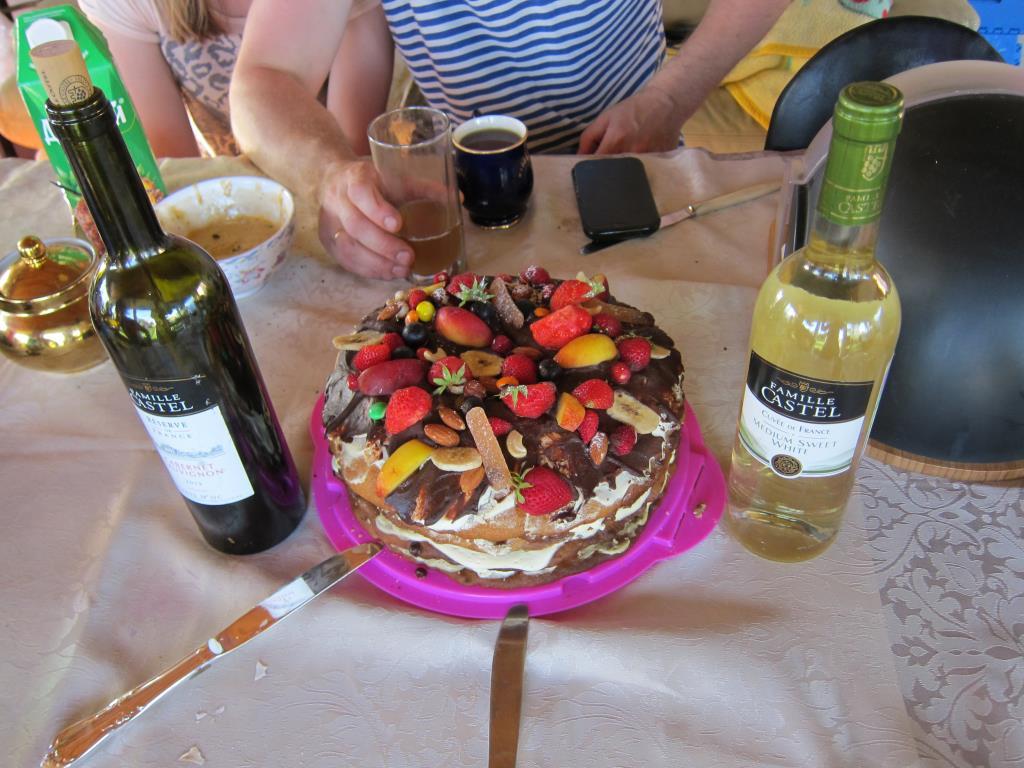 Торт один, бутылки две, а ножа так целых три.