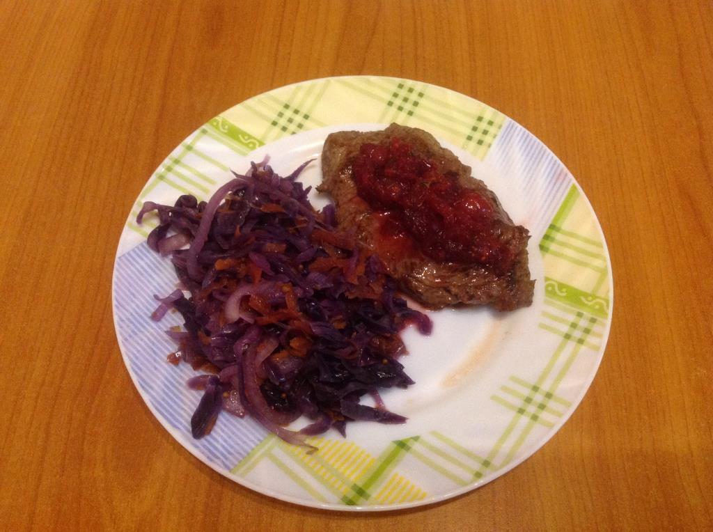 Антрекот из говядины с краснокочанной капустой и клюквенным соусом