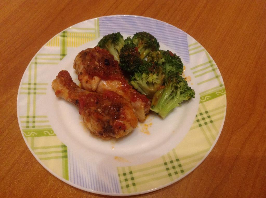 Запеченные куриные ножки с брокколи и томатным соусом
