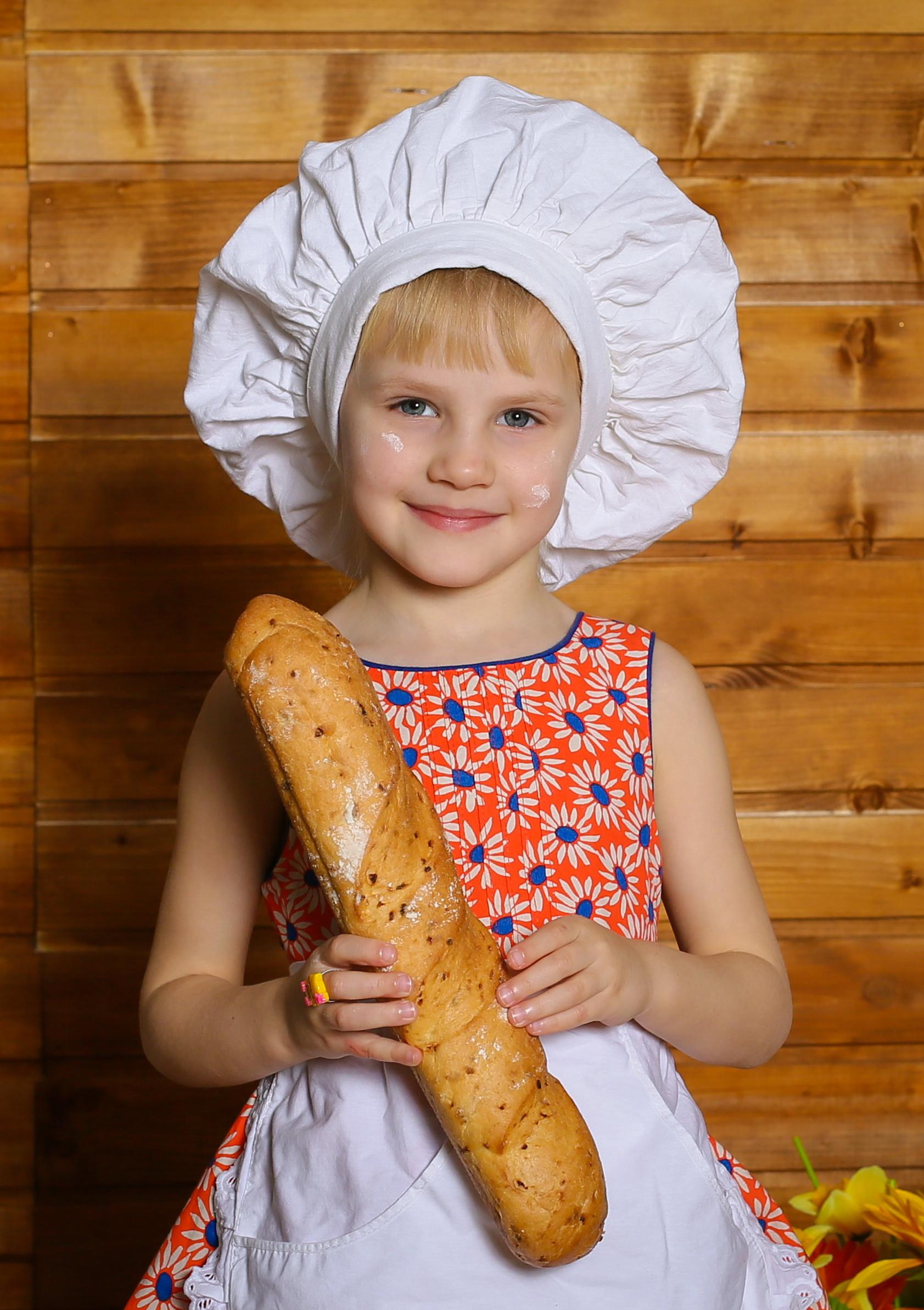 Свежая выпечка от самого красивого пекаря. Маленькие поварята