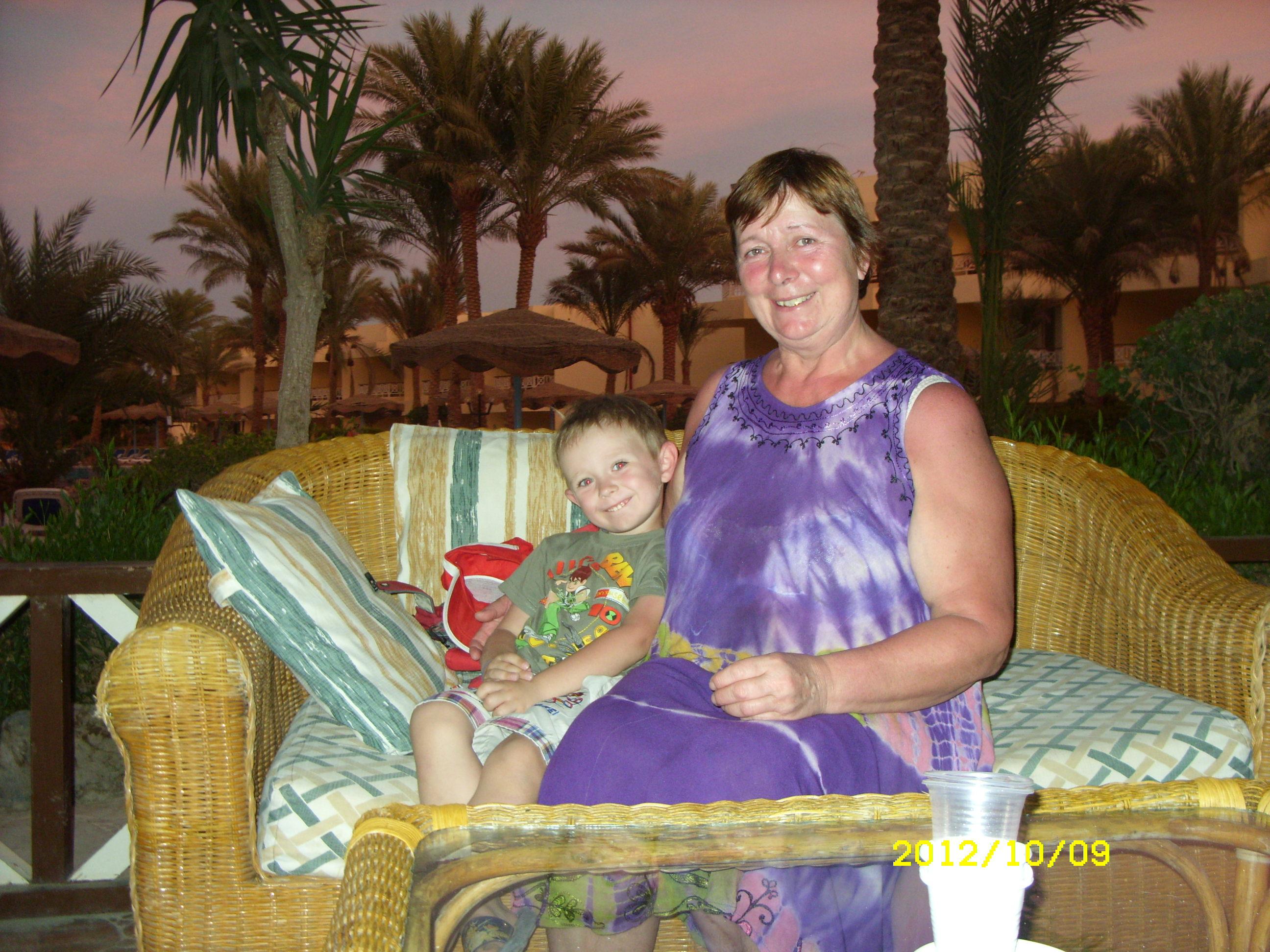 бабушка с внуком на отдыхе. С улыбкой по жизни