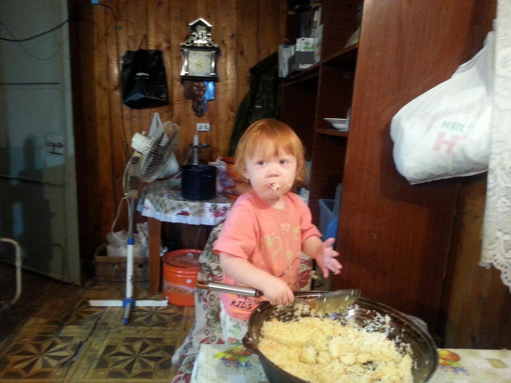 Помагаем маме готовить плов. Дела житейские