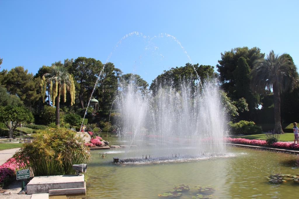танцующий фонтан на вилле Эфрусси-де-Ротшильд . Блиц: фонтаны