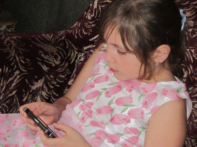 Девочка со смартфоном. Дети в интернете