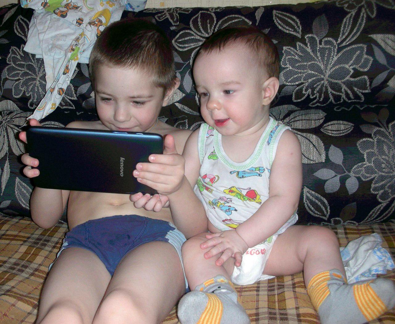 В ожидании победы брата в Subway Surfers. Дети в интернете