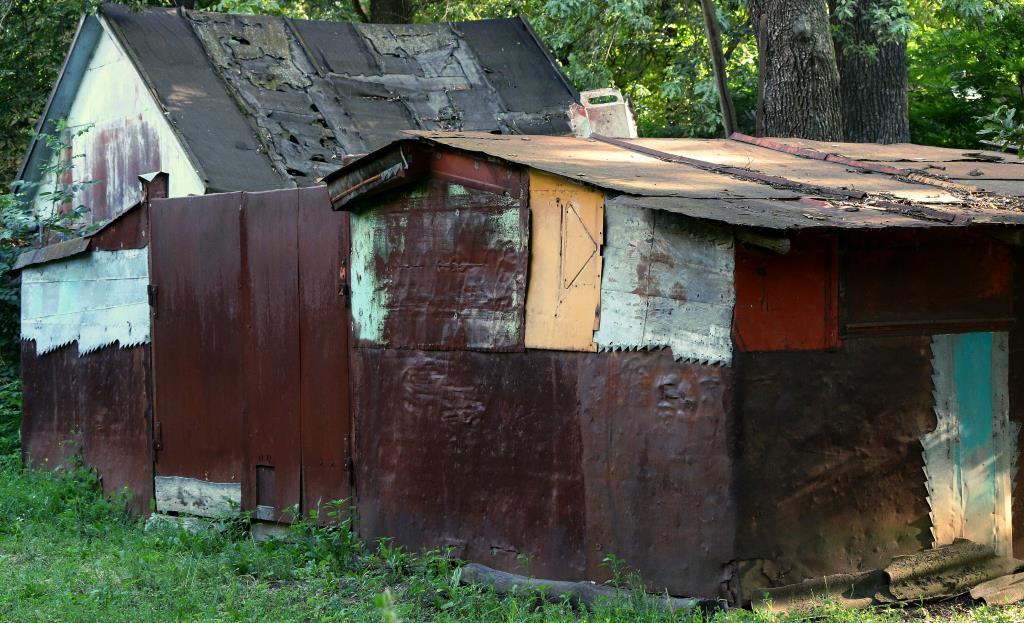 Стены облицованы метал. полотнами  от тракторов. Блиц: стены