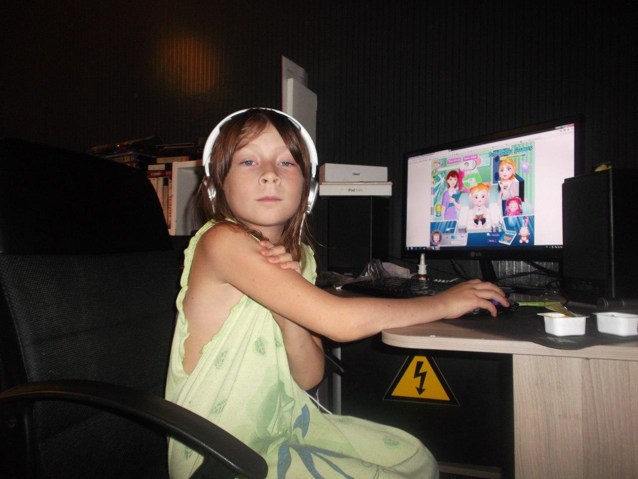 за компом.... Дети в интернете