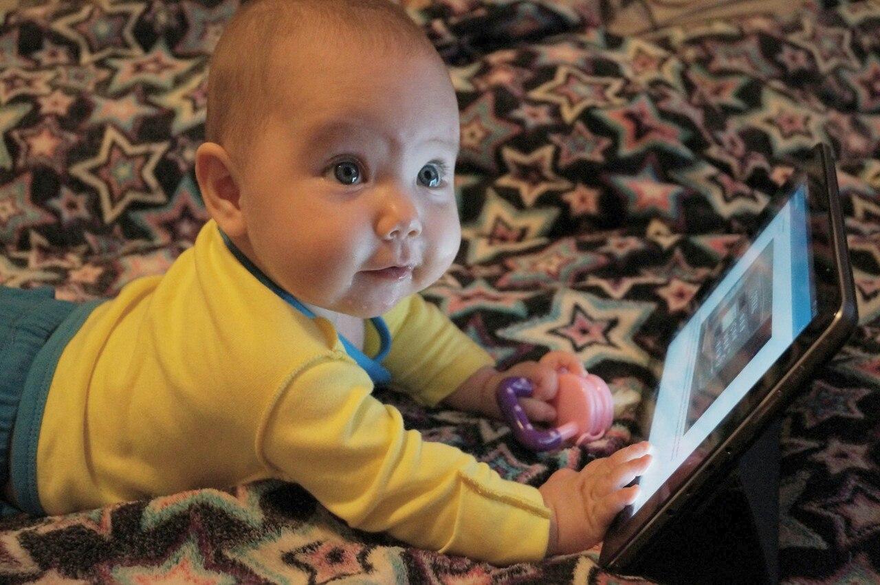 И поесть нужно успеть, и в интернете посидеть))))). Дети в интернете