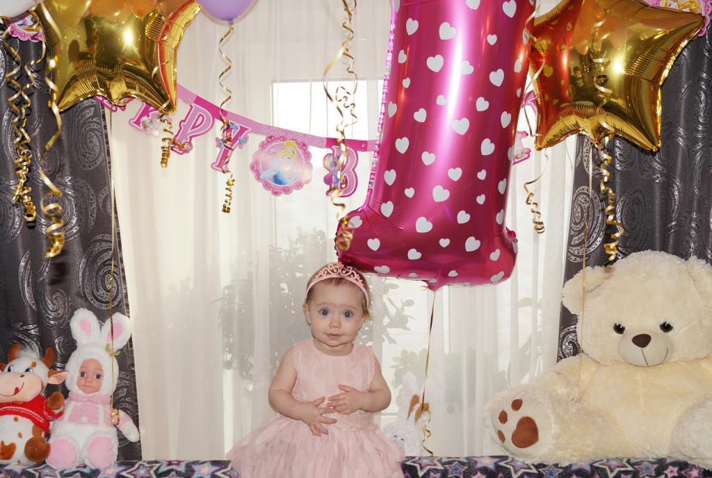 Алиса внимательно слушает поздравления!). Поздравление с Днем Рождения