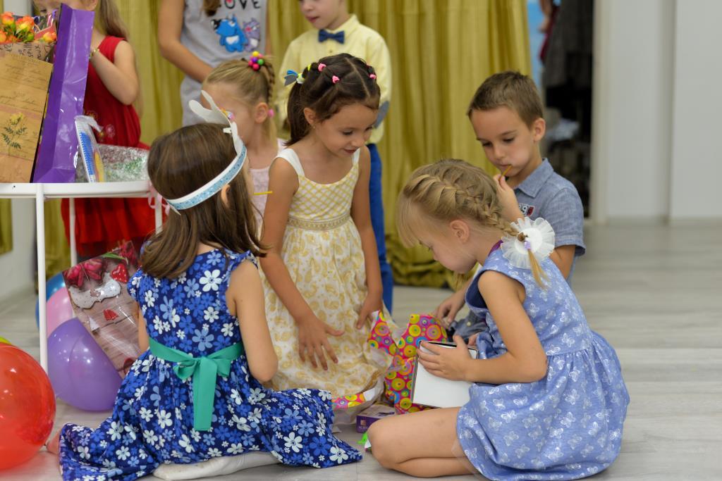 Алёнушке 5 лет, открываем подарки!. Поздравление с Днем Рождения