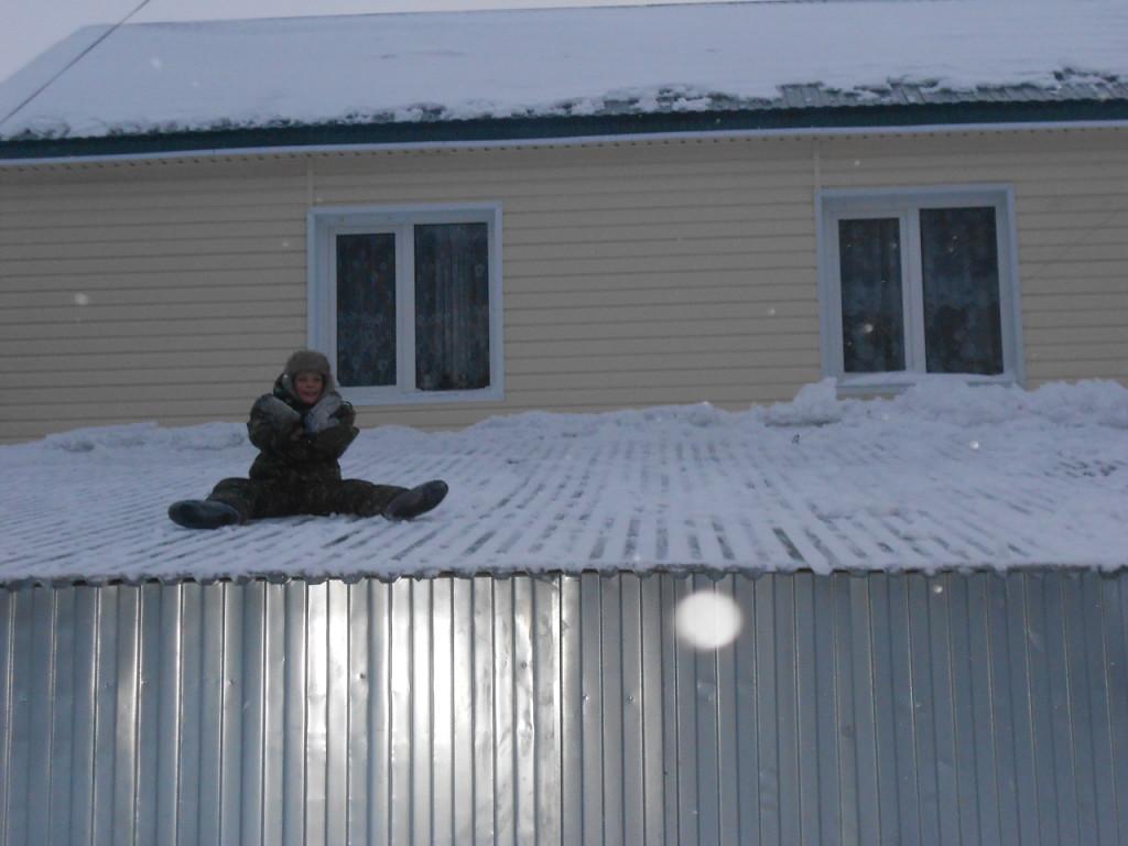 На крыше дома:)). Зимние забавы