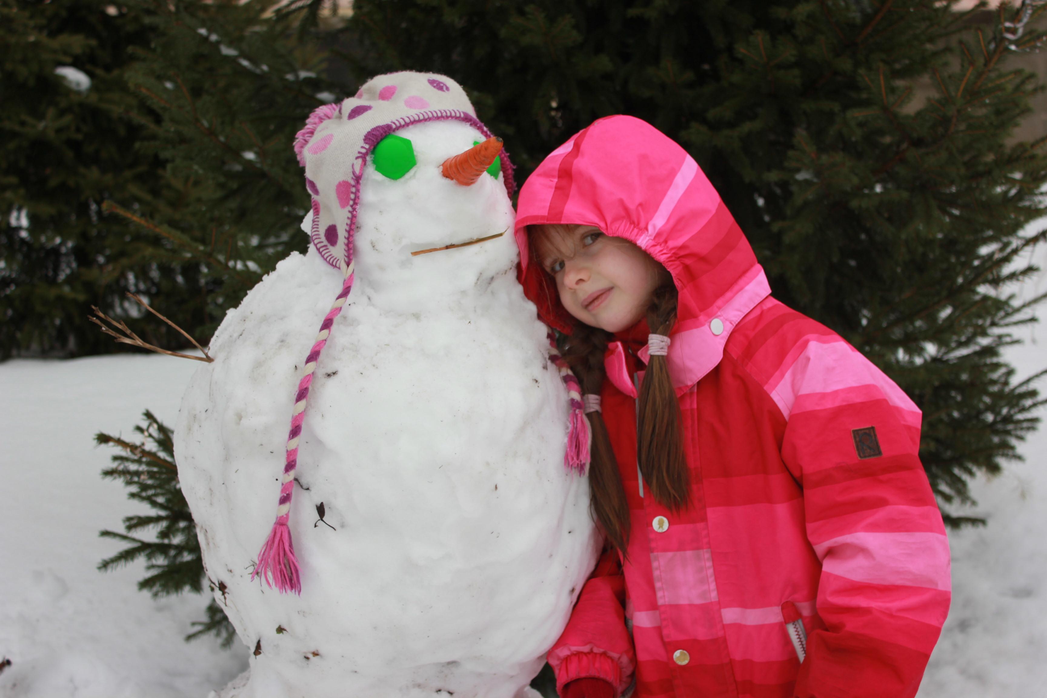 Наш первый в этом году снеговик. Зимние забавы