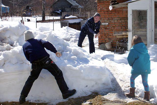 играем в снежки. Зимние забавы