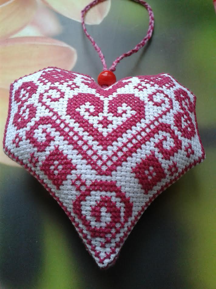 Сердечко вышитое крестиком. . Блиц: сердечки
