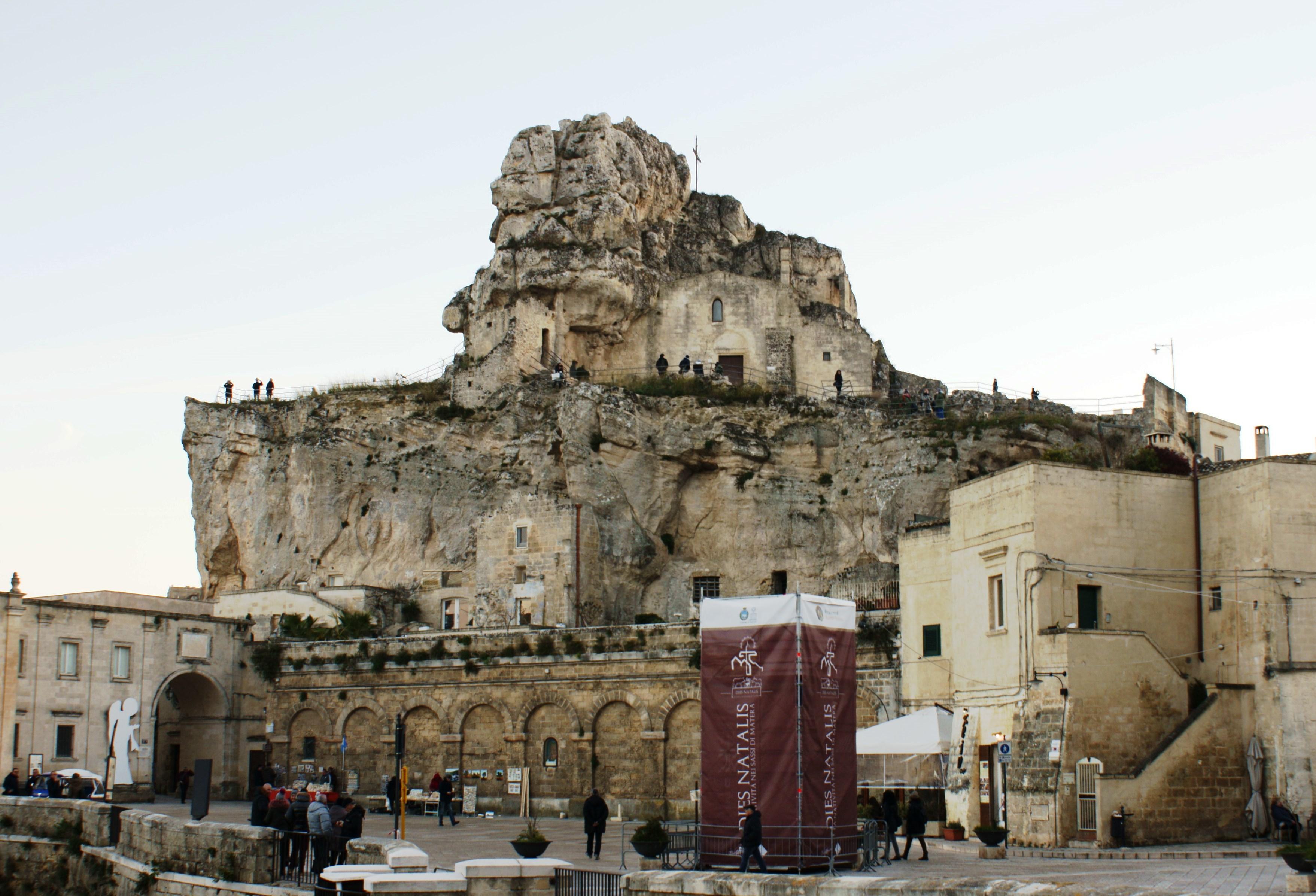 Церковь построенная в скале, г. Матэра, юг Италии.. Блиц: купола